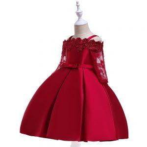 Sarkana kleita ar mežģīnēm